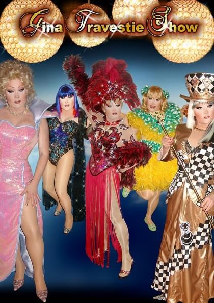 Gina mit verschiedenen Kostümen